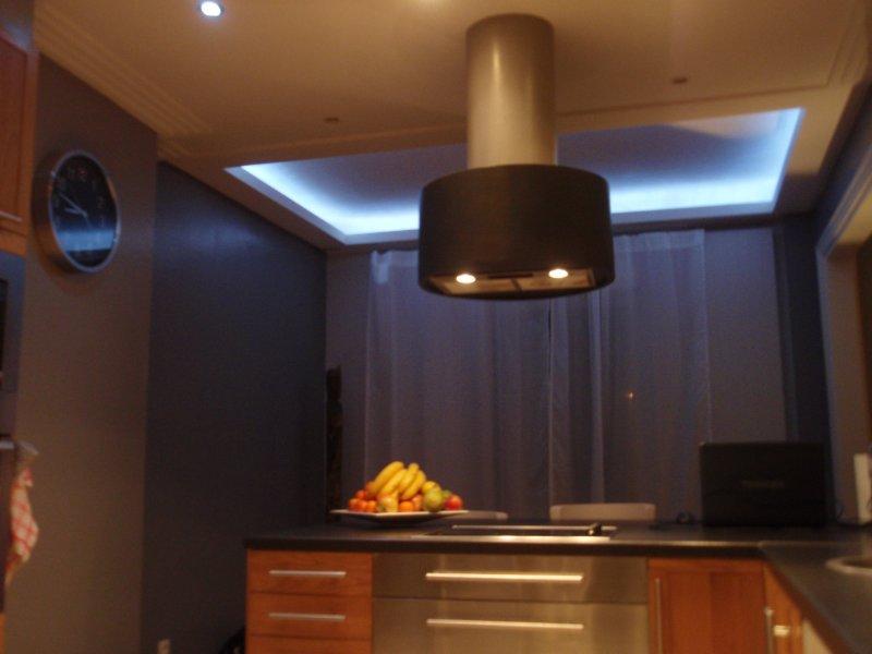 corniche lumineuse tendances dco amnagement salon faux plafond corniche lumineuse mur brique. Black Bedroom Furniture Sets. Home Design Ideas
